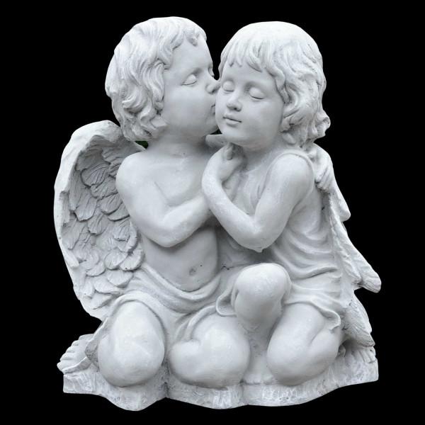 Steinguss Figur Amor küsst Mädchen
